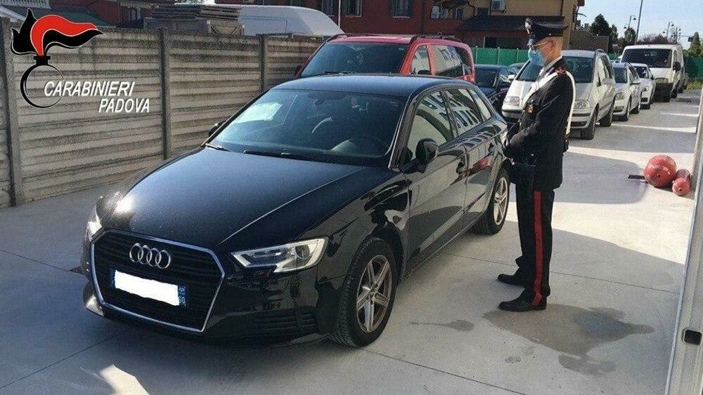 Cambia la targa per nascondere il furto dell'auto: sorpreso dai carabinieri