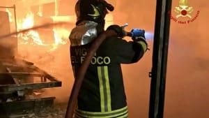 Incendio nello storico mobilificio: titolare e due persone ...