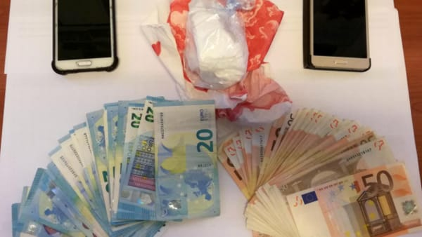Trovati in automobile con un etto di cocaina e 3mila euro in contanti: arrestati due 20enni