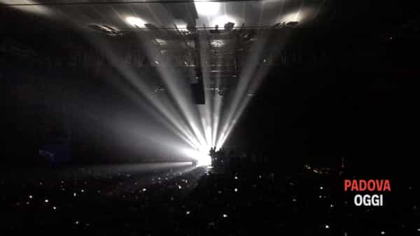 """Massive Attack, l'esecuzione di """"Teardrop"""" alla Kioene Arena"""