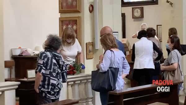È Santa Rita: che fila per la rosa benedetta