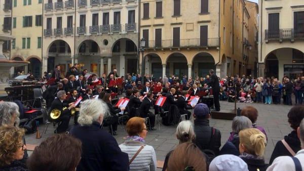 La Civica orchestra di fiati di Padova si esibisce in piazza delle Erbe