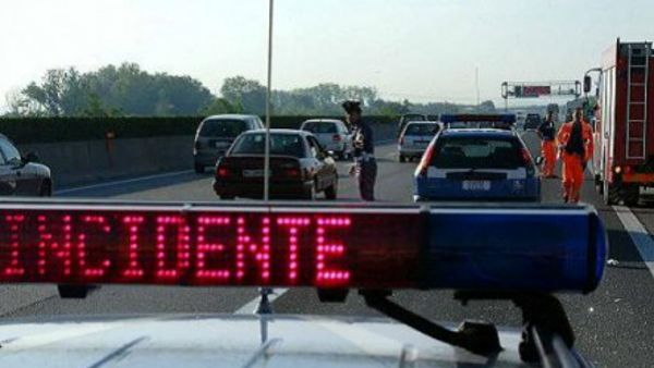 Code in A4 per incidente e suicidio: un 38enne si è gettato sotto un tir