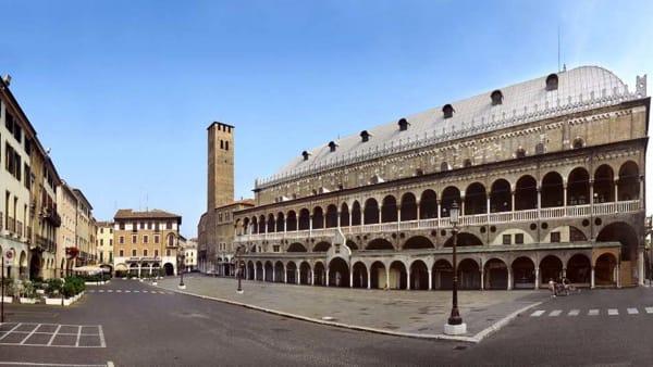 piazza_della_frutta_e_palazzo_della_ragione-2