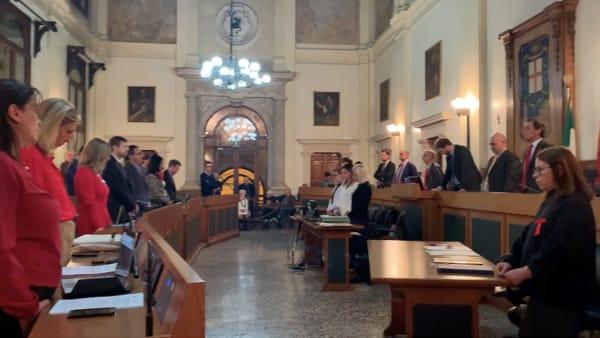 Consiglio comunale, il minuto di silenzio per le donne vittime di violenza