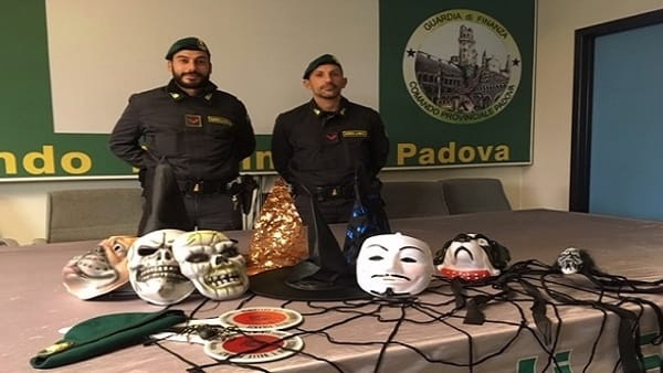 Una piccola parte del materiale da Halloween sequestrato dalla guardia di finanza di Padova
