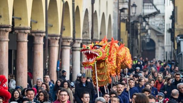"""""""Danza del drago e dei leoni"""", corteo per il Capodanno cinese nel centro storico di Padova"""