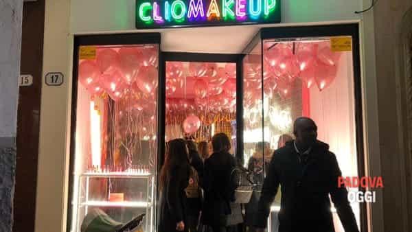 Tutti pazzi per Clio: in centinaia in coda per l'inaugurazione del temporary store della make-up artist