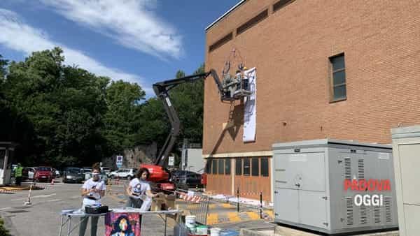 Alessio-b e il murale di 7 metri dedicato agli operatori sanitari