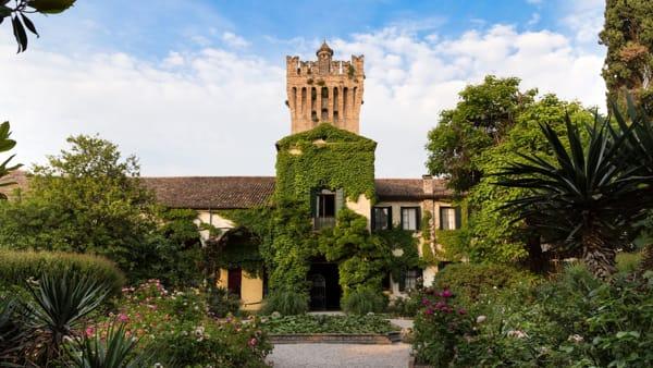"""""""Aria fresca e profumo di rose"""": riapre al pubblico il parco e il castello di San Pelagio"""