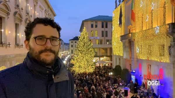 Brindisi, auguri e luci: Cracco accende l'albero di Natale sul Liston