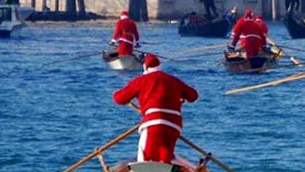 """""""Vogata dei Babbi Natale"""" dalla Golena San Massimo alle Porte Contarine"""