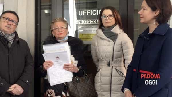 Vanda Pellizzari consegna le 1402 firme per riaprire Park Prandina