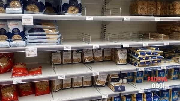 Scaffali vuoti supermercati 1-3