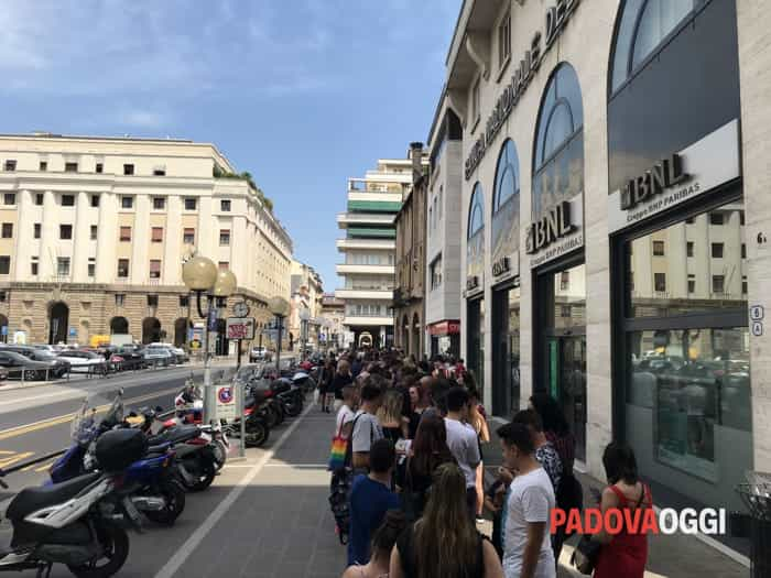 Elettra Lamborghini a Padova, le foto del firmacopie alla Mondadori