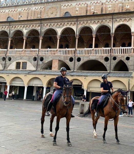 La polizia a cavallo pattuglia il centro per il Giugno Antoniano