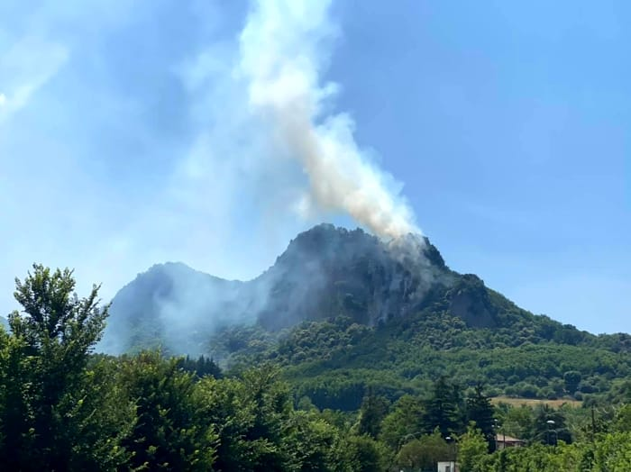 Riprende a bruciare Rocca Pendice