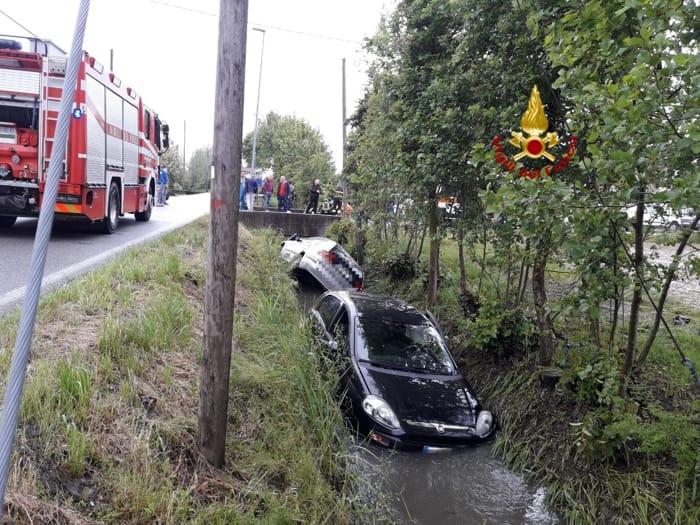 Automobili nel fosso dopo lo scontro