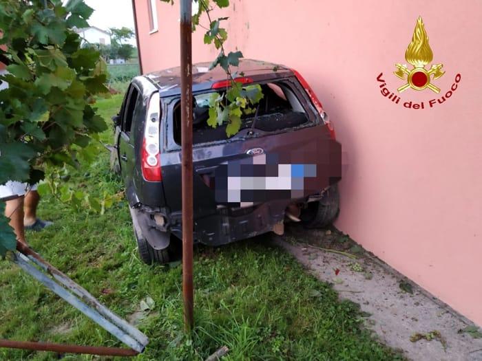 Auto si schianta contro un muro: 4 feriti