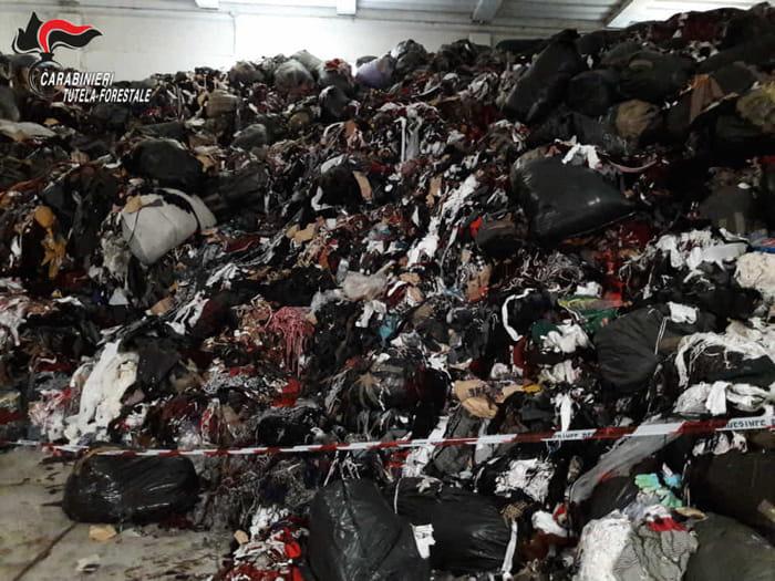 Gli scarti delle fabbriche tessili stoccati illecitamente nei capannoni
