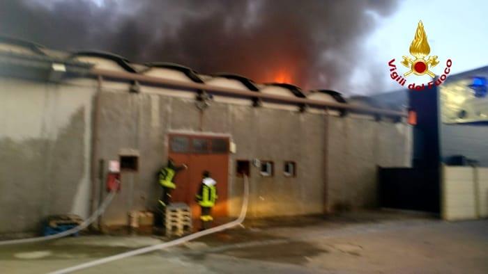L'incendio della fabbrica di pezzi per auto