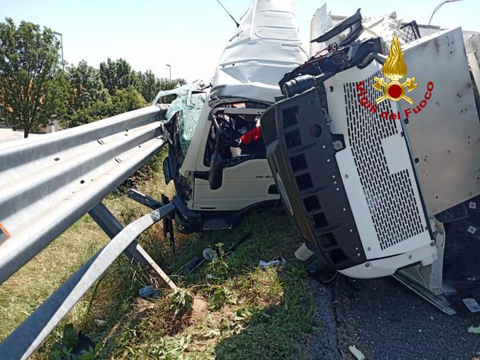 Incidente tra due camion carichi di polli e medicinali